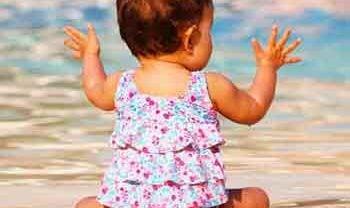 Comment protéger bébé l'été lors des baignades ?
