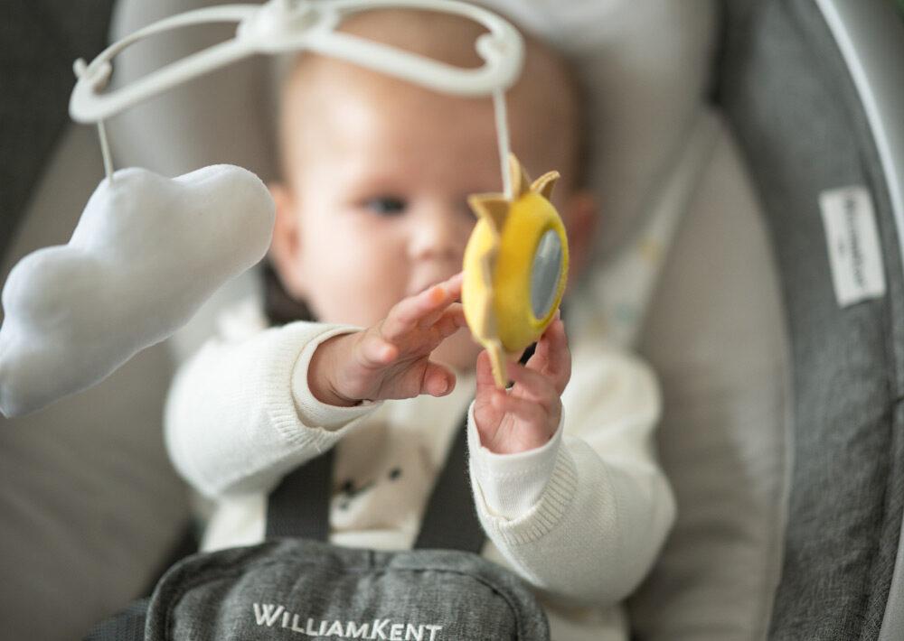 Comment apprendre à bébé à jouer seul ?